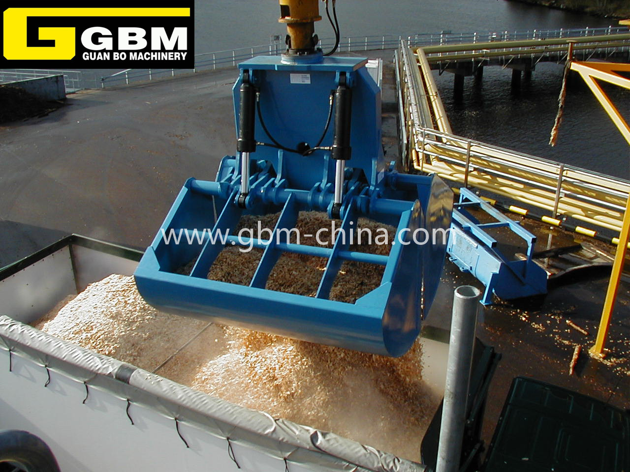 Excavator supporting hydraulic clamshell grab